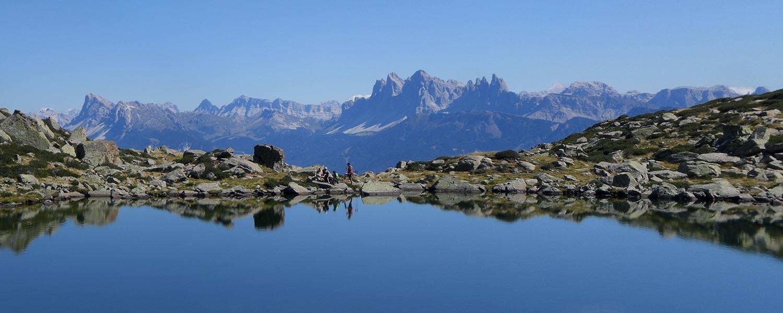 Villanderer Alm - Bergsee Toten See mit grandiosem Dolomitenpanorama