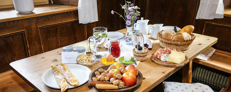 Frühstück am Bauernhof mit Produkten vom Hof